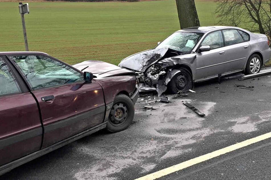 Audi und Subaru kollidierten frontal miteinander.