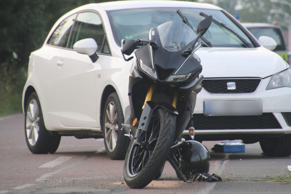 Das Motorrad des 26-Jährigen war am Lenker mit dem Auto zusammengestoßen.