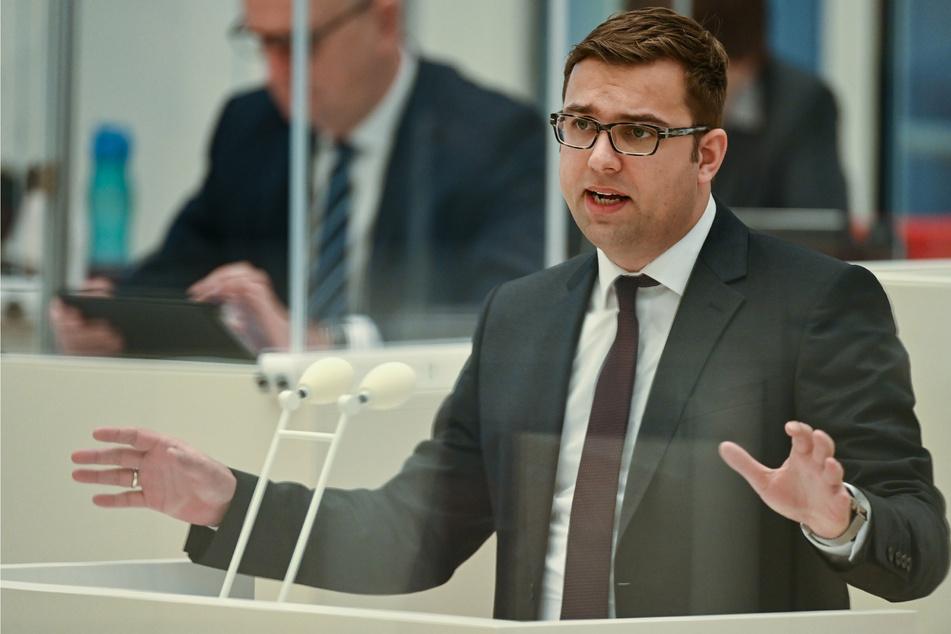 Erik Stohn (37), SPD-Fraktionsvorsitzender, spricht auf der Sondersitzung des Landtages.