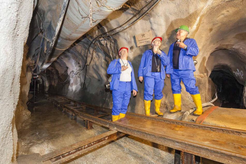 Wismut-Mitarbeiter Bernd Dienelt (v.l.), Susann Krächan und Peter Wolff inspizierten am Dienstag den Neubau.