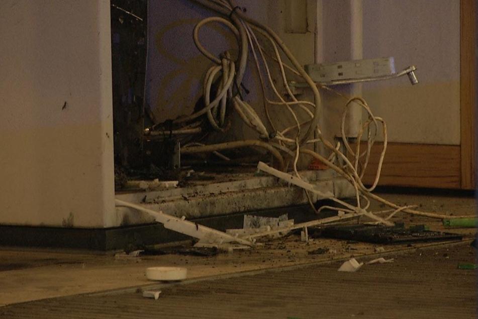 Die Täter hinterließen Spuren der Verwüstung in der kleinen Bankfiliale.