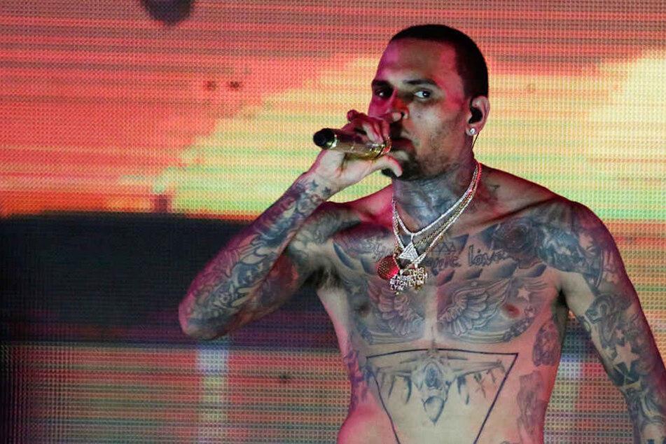 Hat Chris Brown eine Frau in Paris vergewaltigt? Er sitzt in Untersuchungshaft.