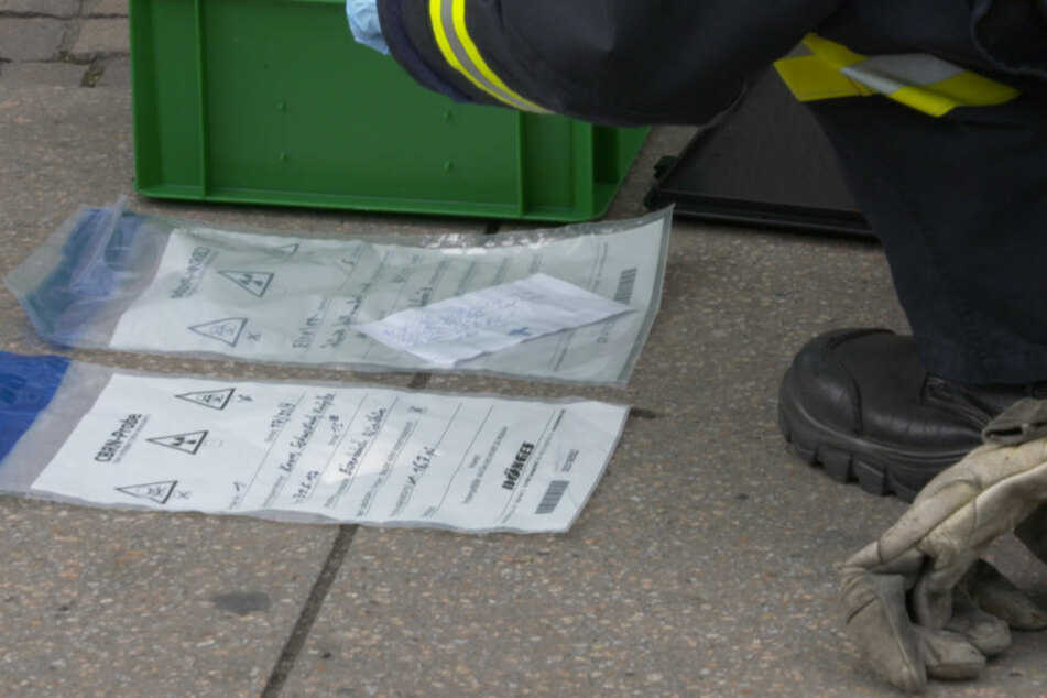 Gefahrstoff-Spezialisten der Feuerwehr stellten Brief und Todesdrohung sicher.
