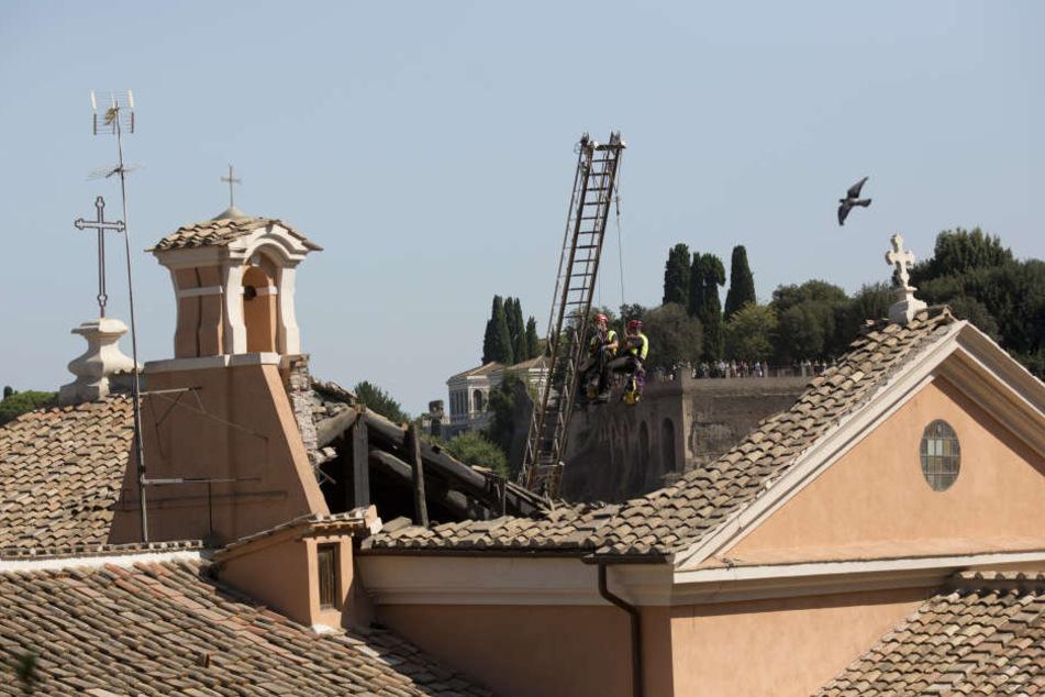 Feuerwehrleute untersuchen das eingestürzte Dach der Kirche San Giuseppe dei Falegnami.
