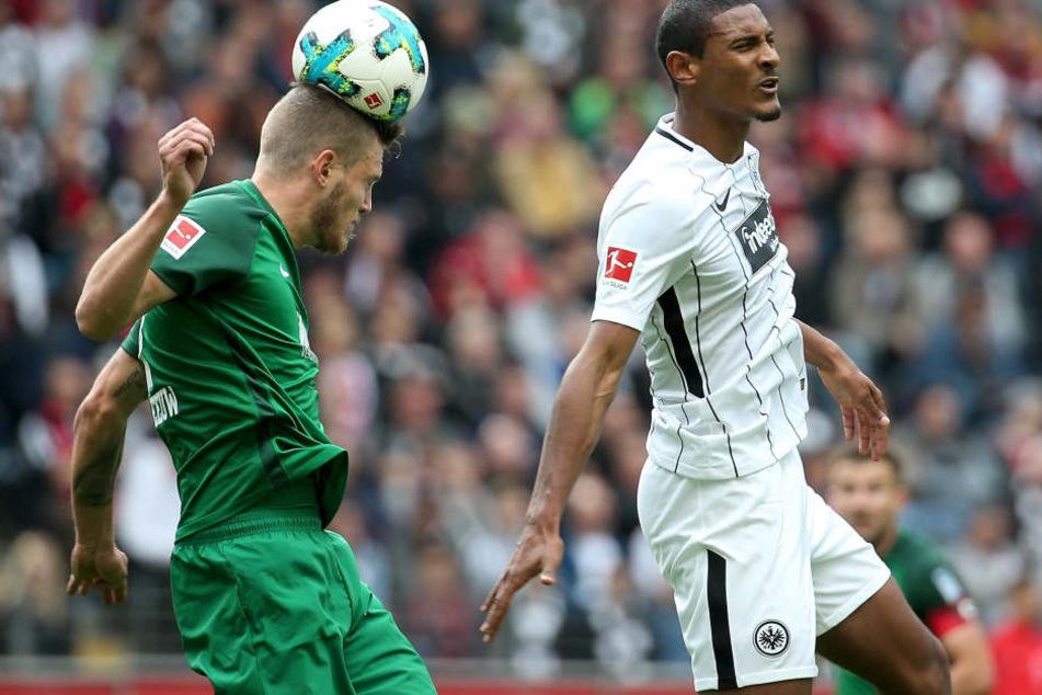 Augen zu und durch: Sebastian Haller (r.) und Eintracht Frankfurt haben zu Hause noch keinen Punkt geholt.