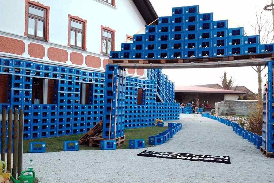 Mitglieder des Burschenvereins haben ein Gebilde aus Bierkästen gebaut.