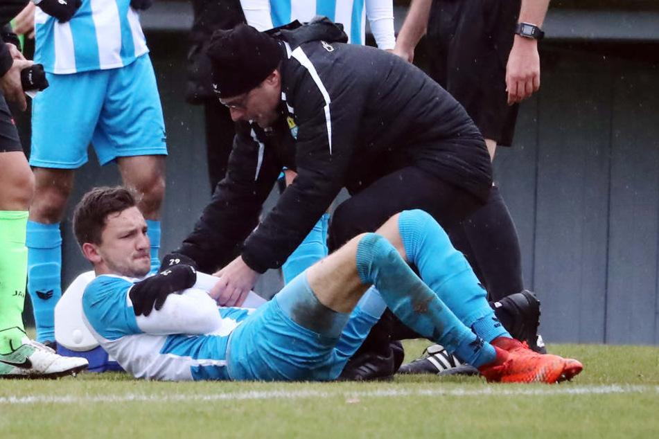 Schrecksekunde in Fürstenwalde! Physiotherapeut Olaf Renn hilft den an der Schulter verletzten Matti Langer auf die Beine.