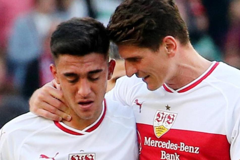 VfB-Star Mario Gomez tröstet seinen Stürmer-Konkurrenten Nicolás González nachdem er im Hinspiel gegen Werder Bremen dutzende Chancen ausließ.