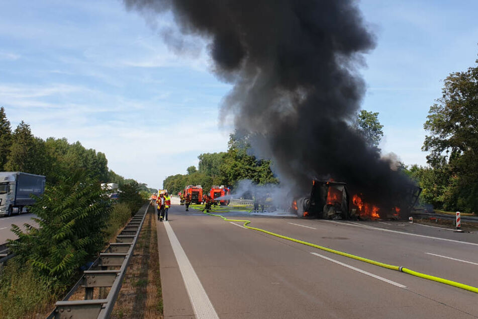 Lkw-Fahrer verursacht sturzbetrunken Unfall: Drei Fahrzeuge brennen