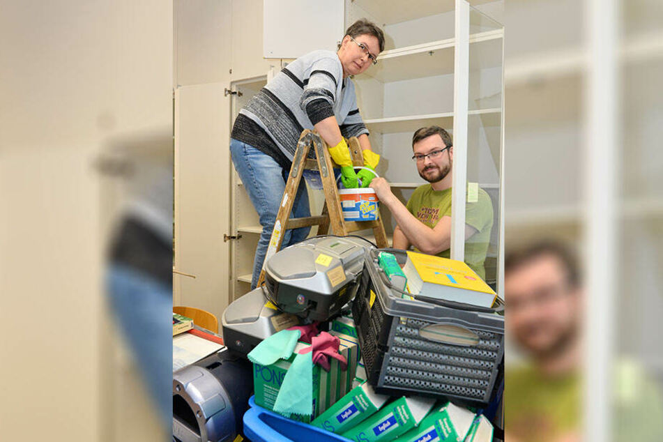 Putzen statt unterrichten. Die Lehrer Sylke Fenske (49) und Darius Ludwig (34) inmitten von Umzugsstapeln.