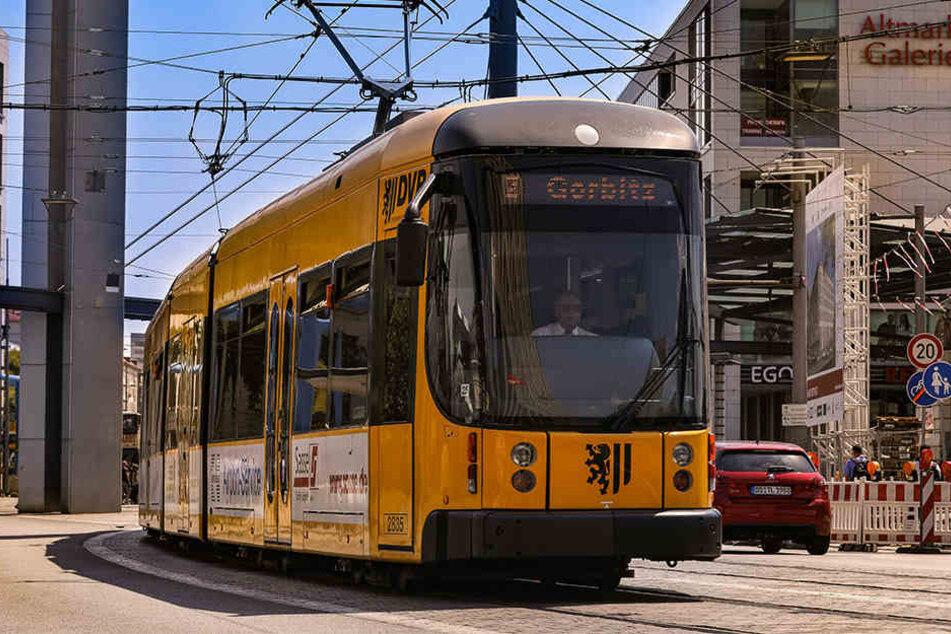 125 Jahre später fahren diese modernen Straßenbahnen durch Dresden.