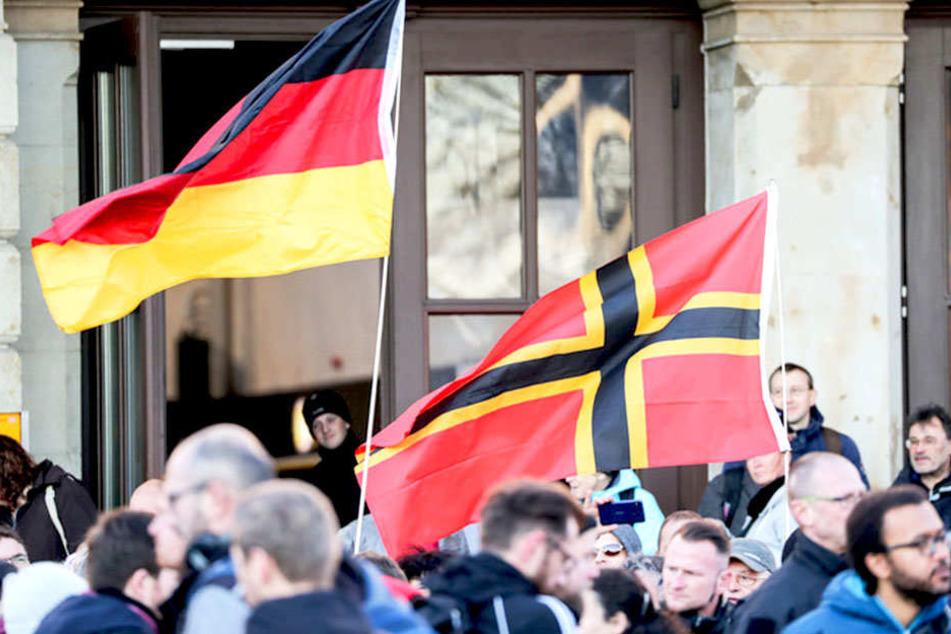 Teilnehmer einer rechten Kundgebung am Chemnitzer Hauptbahnhof.