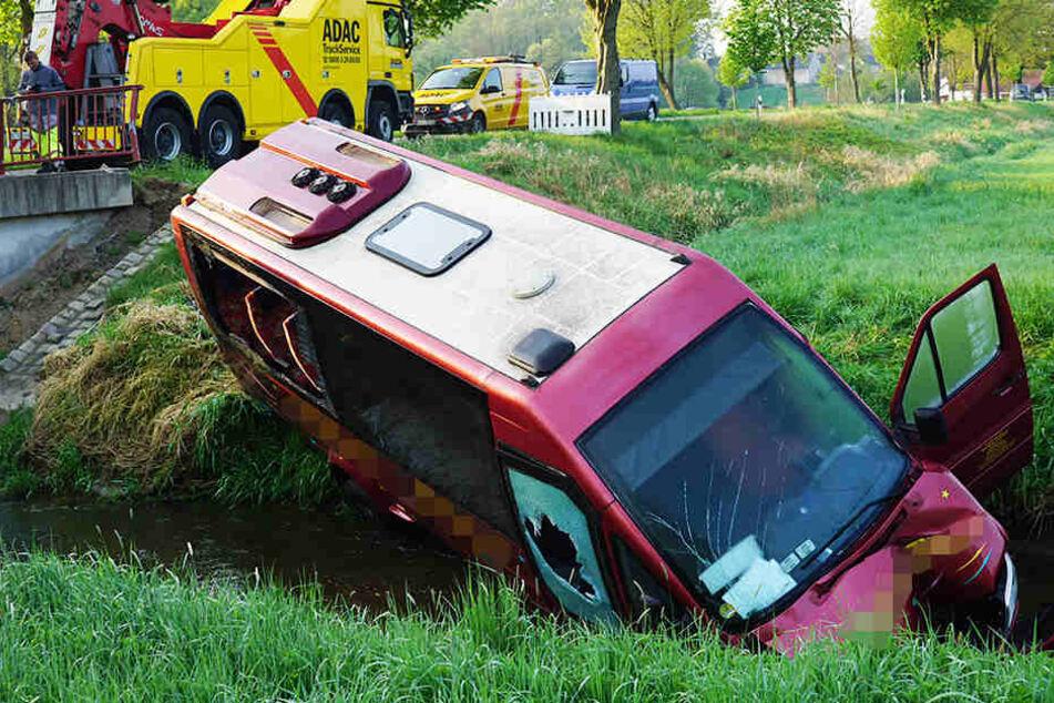 Kleinbus fährt in Fluss: Jetzt läuft Öl aus!