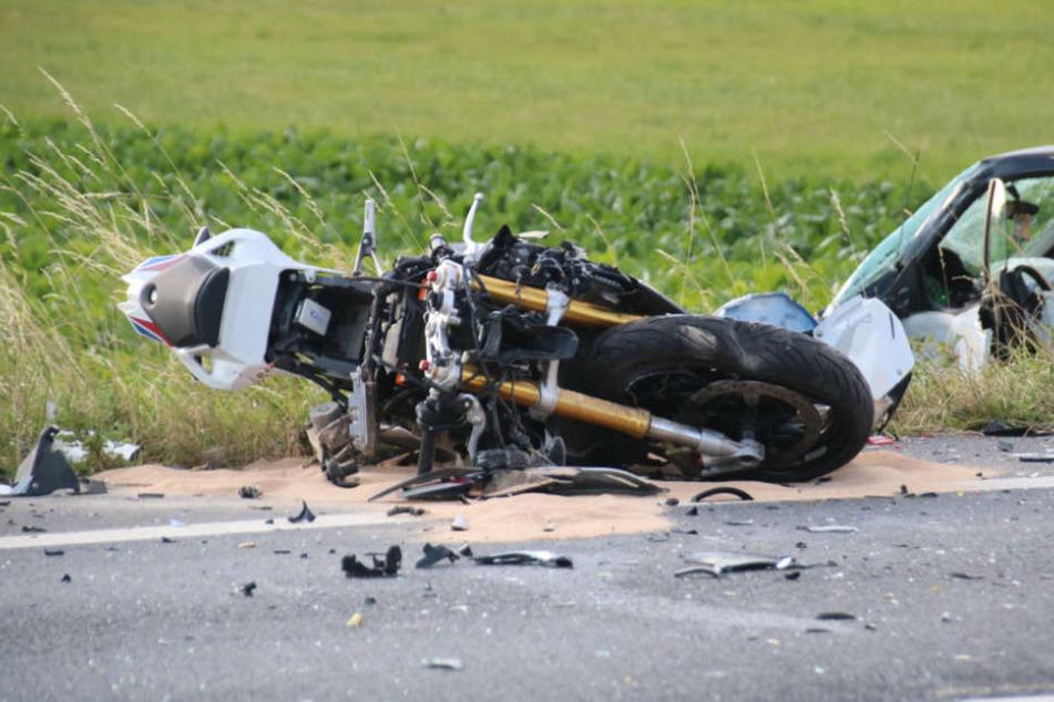 Biker kracht gegen Auto und stirbt an Unfallstelle