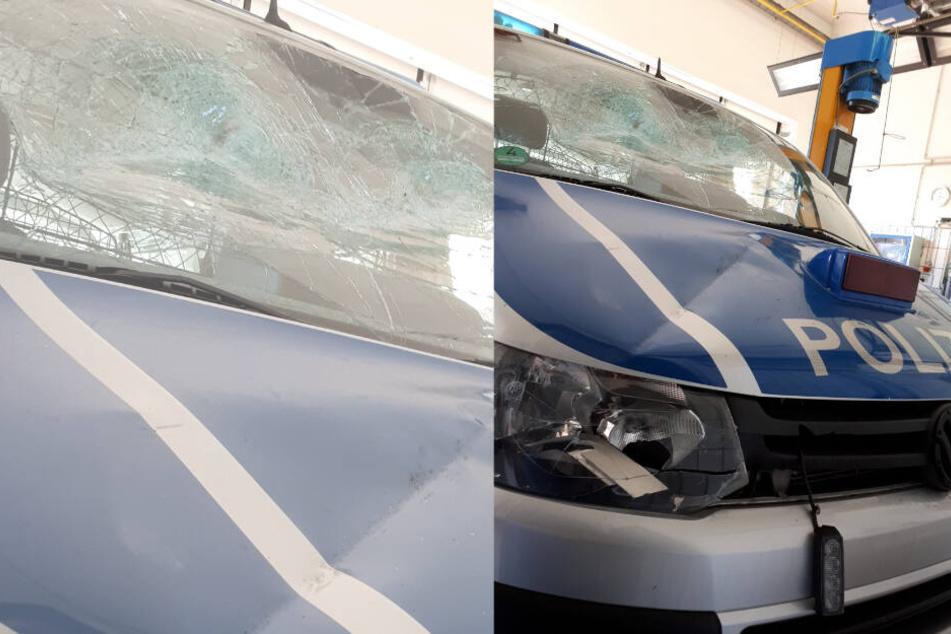 Vor der Wache: Mann prügelt mit Eisenstange auf Polizei-Buli ein