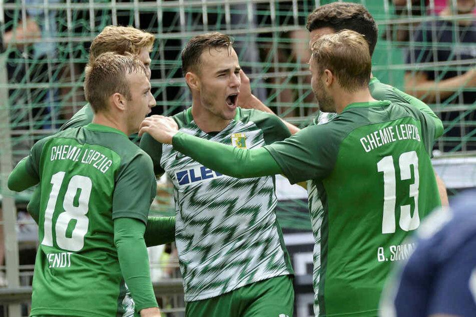 Tomas Petracek (M.) schoss Chemie Leipzig gegen Lichtenberg zum ersten Saisonsieg.