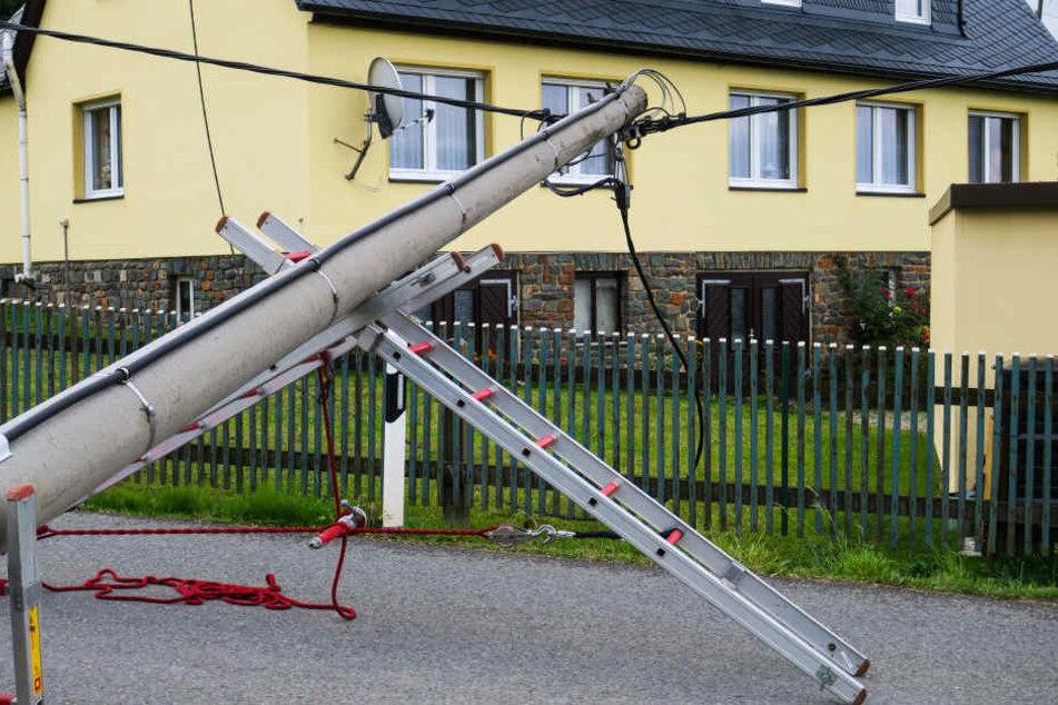 Der Mast musste mit Leitern abgestützt werden.