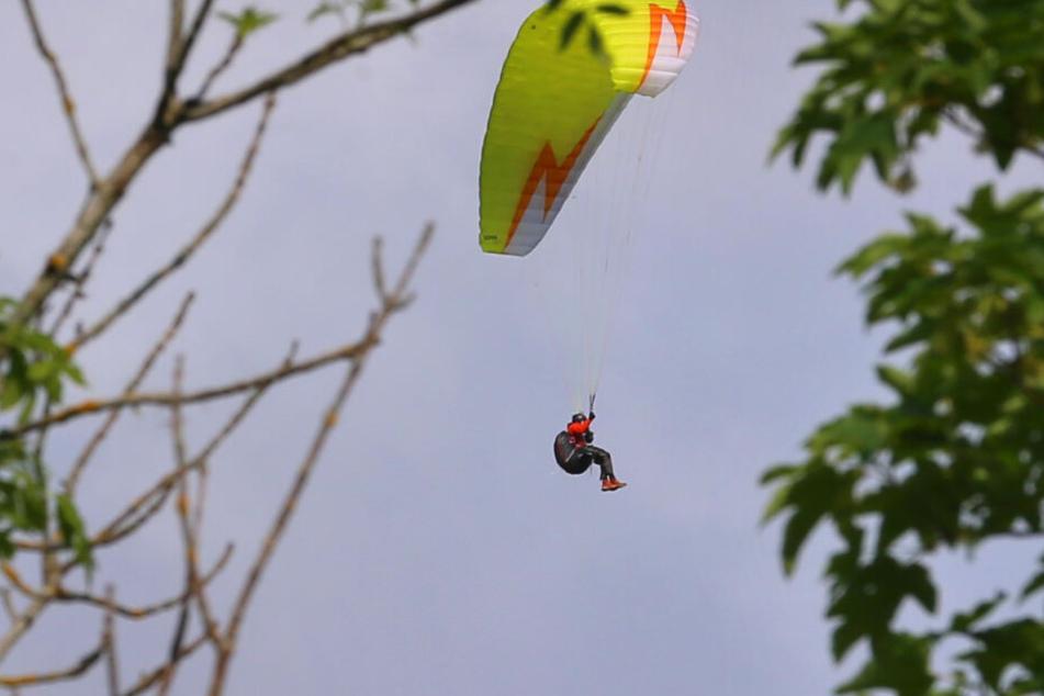 Ein 62-jähriger Gleitschirmflieger ist abgestürzt. (Symbolbild)