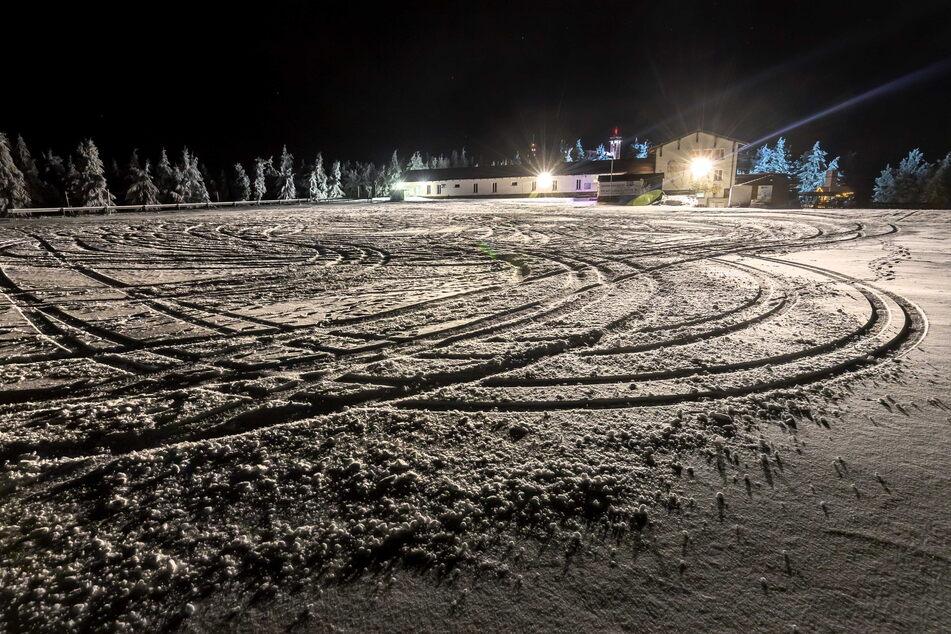 Die Spuren im Schnee zeigen es: Am Fichtelberg treffen sich regelmäßig Drift-Fans und schleudern auf dem Schnee (Archivbild).