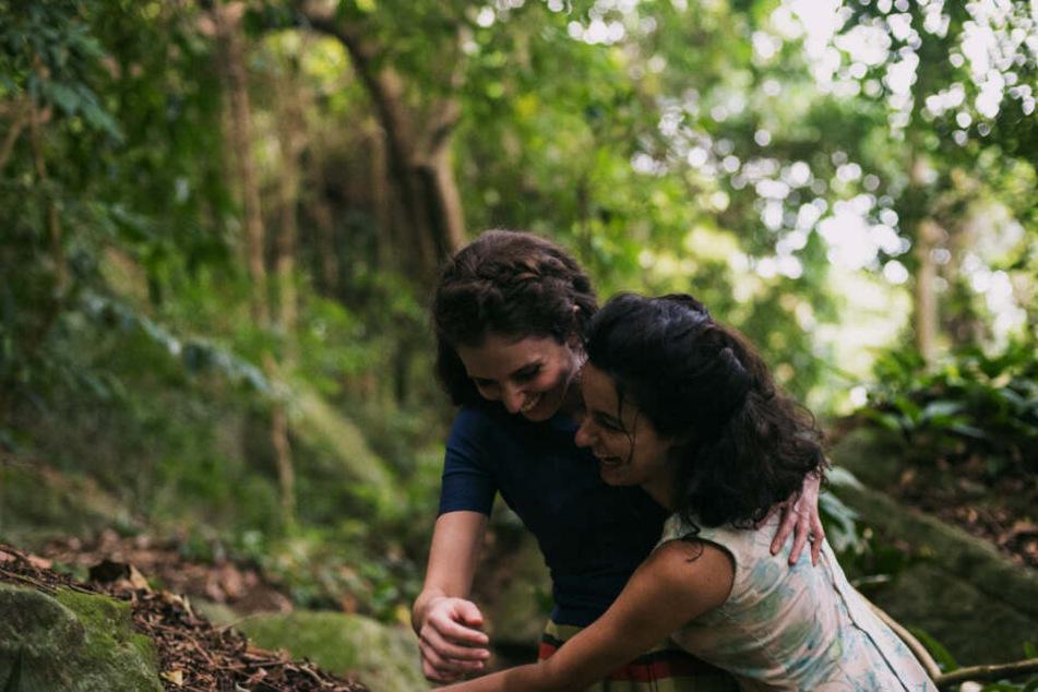 Euridice (l., Carol Duarte) und Guida (Julia Stockler) haben immer füreinander eingestanden und sich Halt gegeben - bis sie getrennt werden...