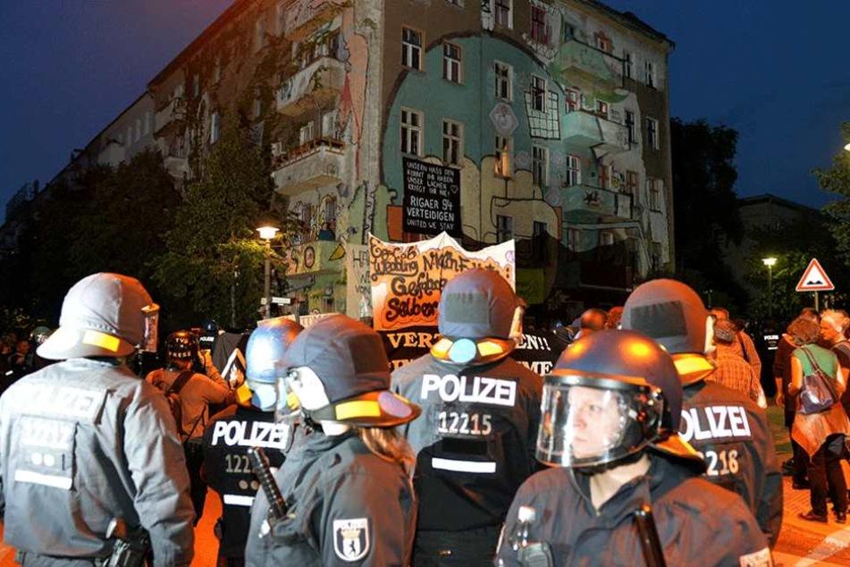 Nach der Teilräumung der Rigaer Straße 94 (Foto) in Berlin gab es Ausschreitungen. Als Reaktion darauf führte die Polizei am Mittwoch Razzien durch.