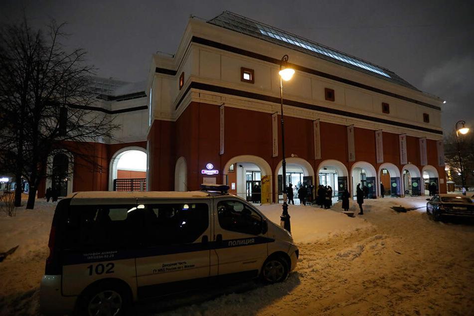 Polizei steht an der staatlichen Tretjakow-Galerie, aus der am Sonntag ein Ölgemälde eines berühmten russischen Landschaftsmalers geklaut wurde.
