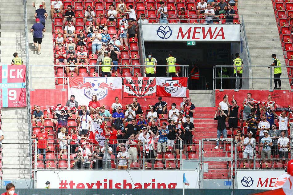 Auch einige Fans von RB Leipzig haben sich auf den Weg zum Auftaktmatch nach Mainz gemacht.