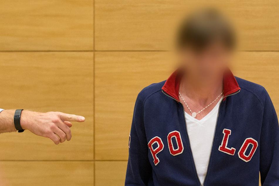 Der Angeklagte Artur T. (49) brach während des Prozesses im Landgericht Bielefeld zusammen.