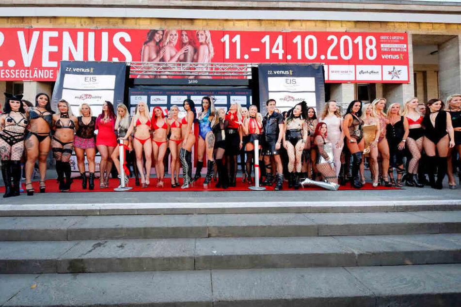 Die Erotikstarts vor dem Messegelände.