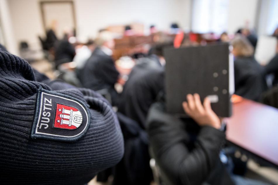 Der 25-jährige muss sich vor dem Oberlandesgericht in Hamburg verantworten. (Symbolfoto)