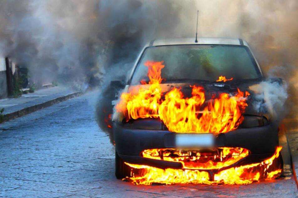 Die Polizei geht davon aus, dass der Wagen vorsätzlich abgefackelt wurde (Symbolbild).