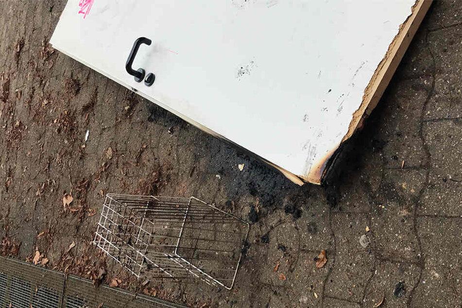 Papiertücher in diesem Mülleimer lösten den Brand aus. Auch die Tür fing Feuer.