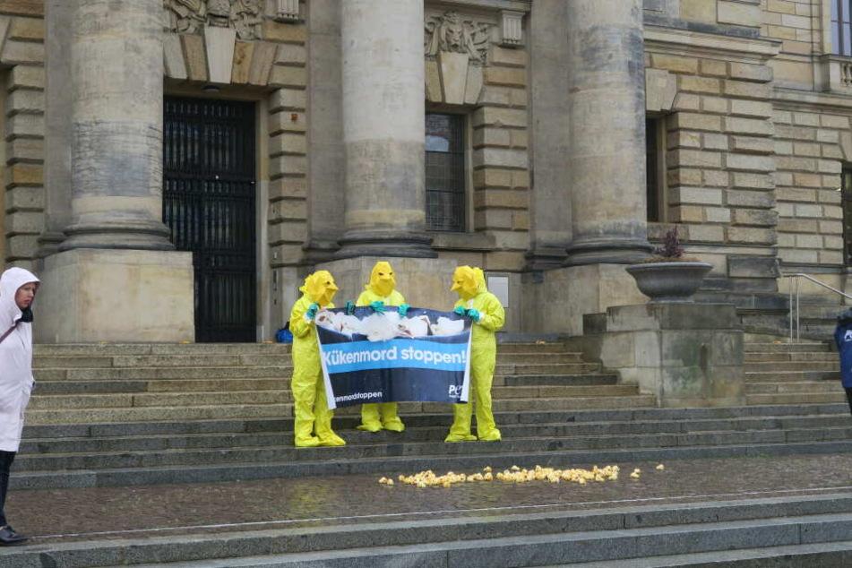 Vor dem Bundesverwaltungsgericht demonstrierten Peta-Anhänger in Kükenkostümen für ein Verbot des millionenfachen Tötens.