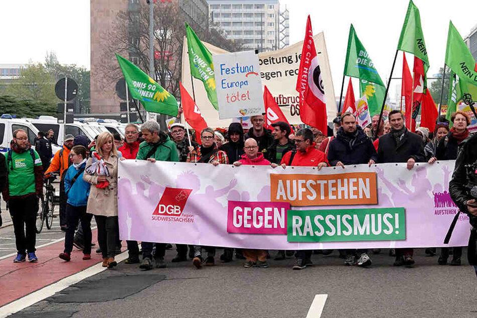 """Unter den Teilnehmern bei der Demo von """"Aufstehen gegen Rassismus"""" war unter anderem Wirtschaftsminister Martin Dulig (SPD, 2.v.r.) dabei."""
