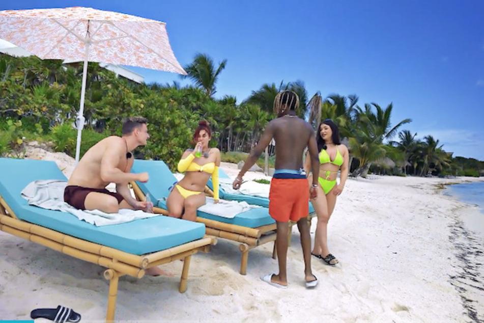 """Bei """"Ex on the Beach"""" trifft sich eine Gruppe von Singles in einer traumhaften Villa am Strand und freut sich auf eine tolle gemeinsame Zeit und neue Flirts."""