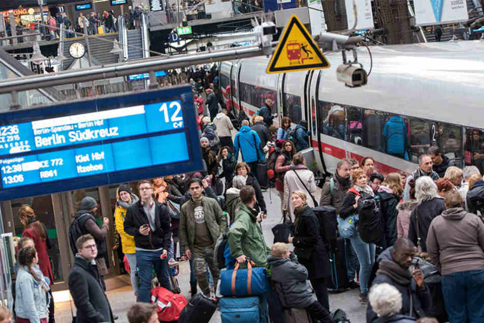 Fahrgäste steigen in Hamburg am Hauptbahnhof in einen ICE nach Berlin ein.