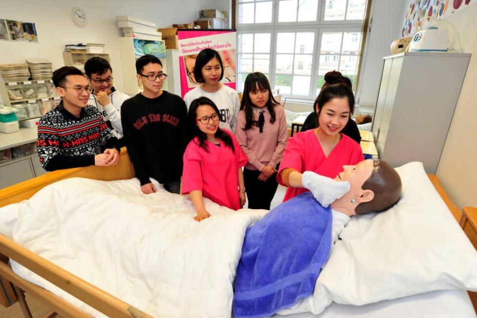 Beim Bildungsträger üben die vietnamesischen Azubis an Puppen - in ihren Ausbildungsbetrieben arbeiten sie mit den Bewohnern von Pflegeheimen.