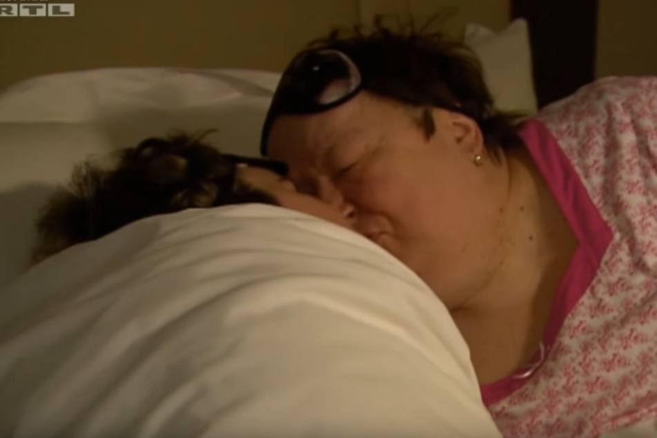 Ein zärtlicher Gute-Nacht Kuss von Mama Irene. Vielleicht ist Beate diese Nöhe mittlerweile zu viel. Immerhin ist die Bachelorette schon 33.