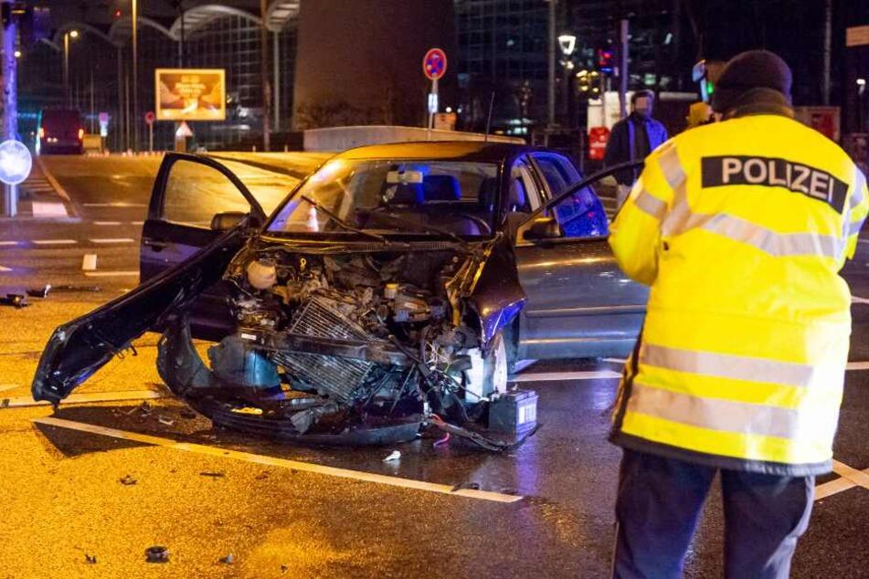 Autofahrer (21) flüchtet bei Verkehrskontrolle und rast in Transporter