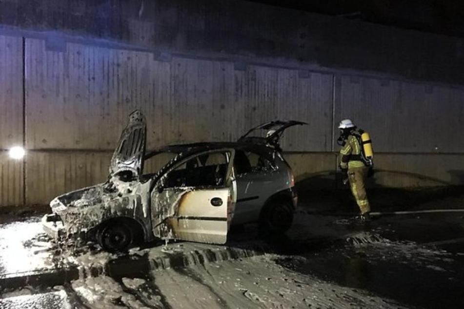 Das Auto brannte unter der Brücke komplett aus.