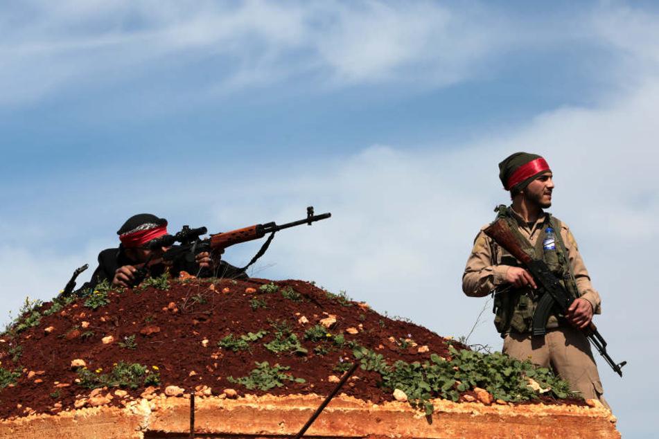 Kämpfer der Freien Syrischen Armee (FSA) machen mit der türkischen Armee  bei Afrin im Norden Syriens gemeinsame Sache.