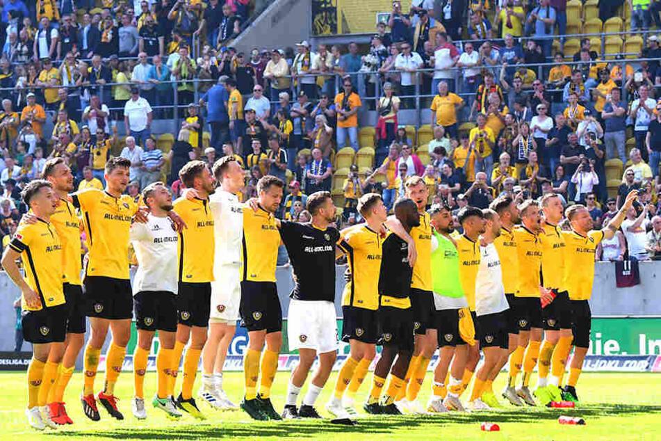 Karneval in Dresden! Die Dynamo-Mannschaft feierte den überraschenden Triumph ausgelassen mit den Fans