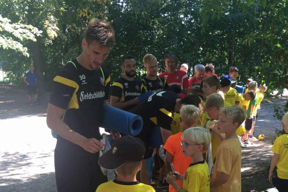 """Die Autogramme von Pokalheld Stefan Kutschke waren gestern bei den Kids der""""Dynamo-Dresden-Fußballschule"""" sehr gefragt."""