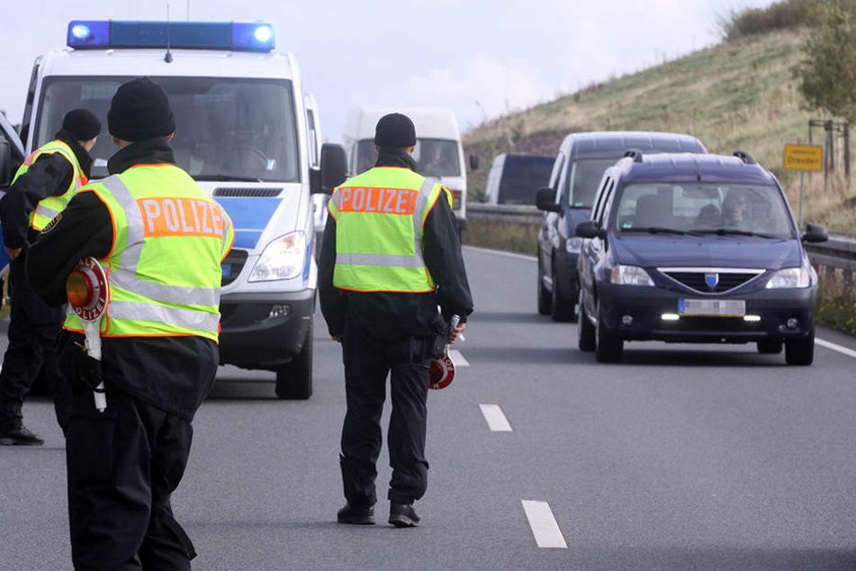 Dresdner Polizeibeamte stoppten den weißen Transporter auf der Kesselsdorfer Straße. (Archivbild)