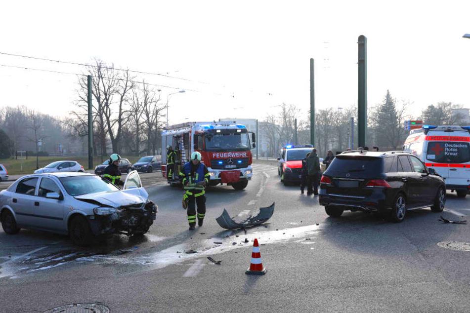 Auf der viel befahrenen Kreuzung liegen Trümmerteile der beschädigten Autos. Aufgrund des Unfalls kam es zu Verkehrsbehinderungen.