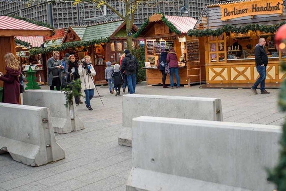 Betonpoller sollen den Weihnachtsmarkt vor Anschlägen mit Fahrzeugen schützen.