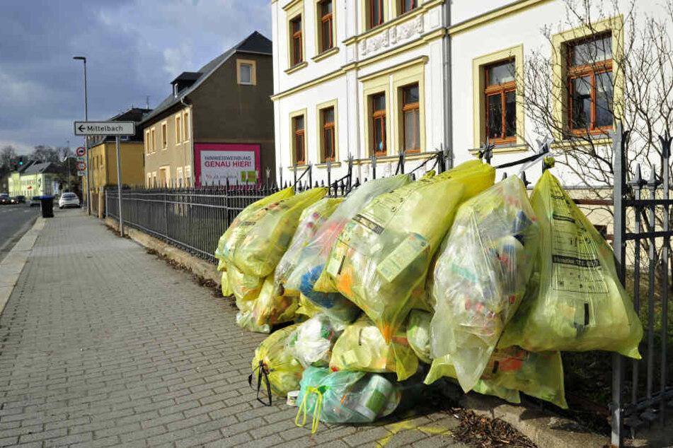 Chemnitz: Chemnitz: Müll-Notstand am Stadtrand! Wohin mit den Gelben Säcken?