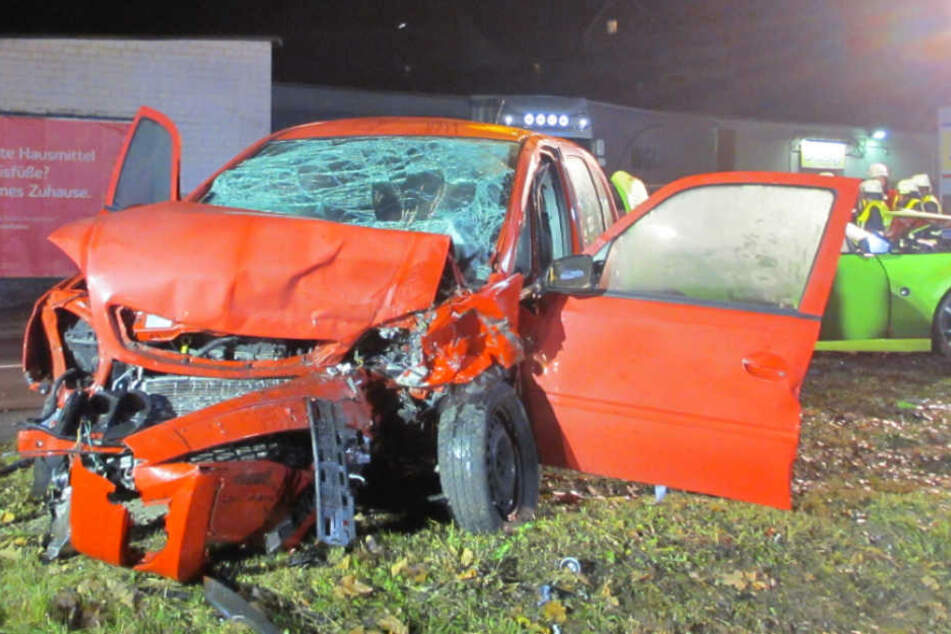 Frontal-Crash! Sportwagen schlittert auf Gegenfahrbahn