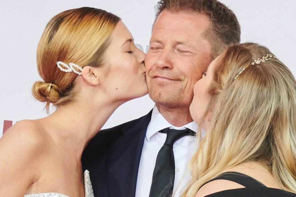 Til Schweiger genießt auf der Premiere am Zoo Palast die Küsschen seiner Töchter Lilli (l) und Luna (r).
