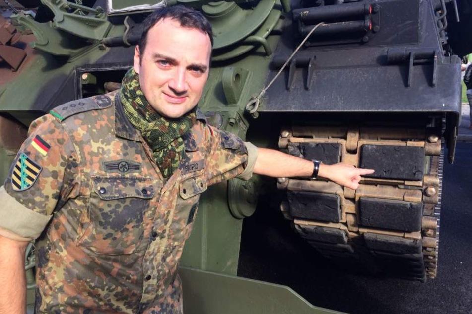 Hauptmann Wolfram Skupio (36) zeigt die Polster, die die Fahrbahn vor den Stahlketten schützen sollen.
